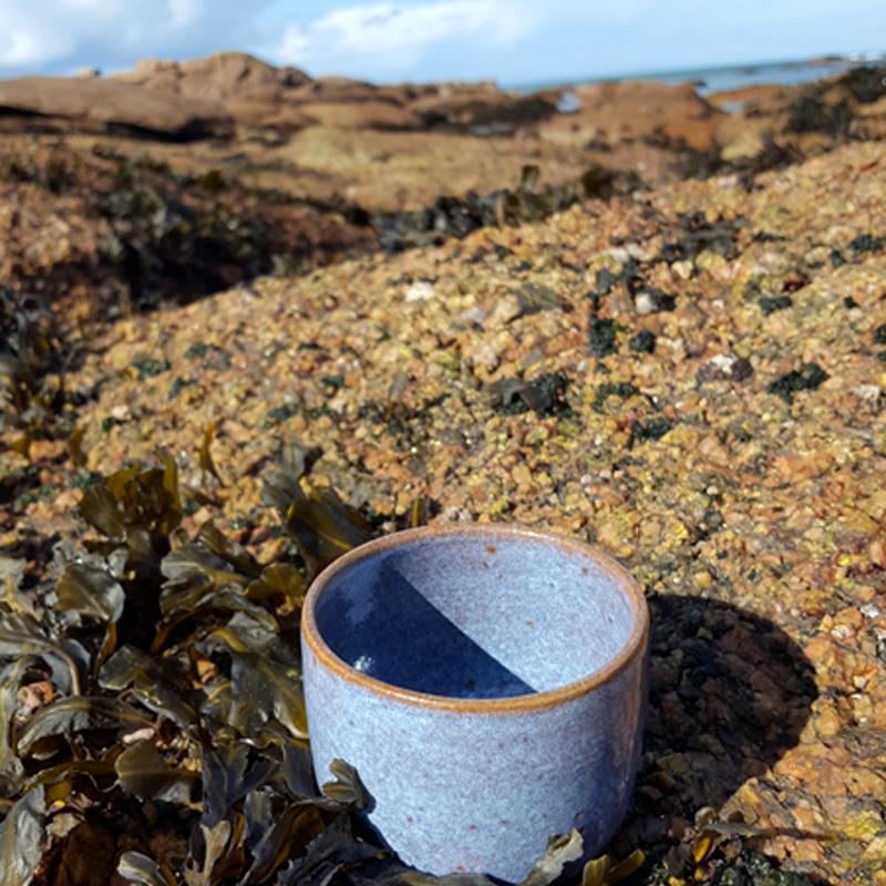 tasse en grès bleu céramique émaillé, tasse à café, so many moods commandes céramiques personnalisées